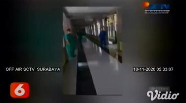Pada sebuah video amatir, puluhan warga datangi RS rujukan Covid-19 di Probolinggo, Jawa Timur. Warga hendak menjemput paksa seorang pasien wanita dan seorang bayi yang terkonfirmasi positif Covid-19.