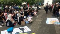 Puluhan warga RW 11 Kelurahan Tamansari, kota Bandung menggelar aksi unjuk rasa menolak rencana pembangunan rumah deret di halaman Balai Kota Bandung, Kamis 19 Oktober 2017. (Liputan6.com/Huyogo Simbolon)