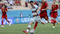 Portugal mengawali peluang pertama pada menit keenam. Diogo Jota mencoba melakukan tembakan namun masih melebar dari gawang Thibaut Courtois, penjaga gawang Belgia. (Foto: AP/Pool/Julio Munoz)