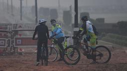 Pengendara sepeda mengenakan maskerdi tengah kondisi kabut asap tebal di New Delhi (2/11). Tingkat kabut melonjak selama musim dingin di Delhi, ketika kualitas udara melampaui tingkat aman Organisasi Kesehatan Dunia. (AP Photo/Money Sharma)