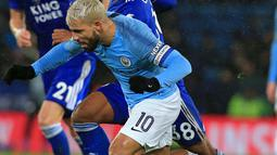 Pemain Manchester City Sergio Aguero berebut bola dengan gelandang Leicester City, Hamza Choudhury pada perempat final Piala Liga Inggris di Stadion King Power, Rabu (19/12). Man City mengalahkan Leicester City via adu penalti 3-1. (Lindsey PARNABY/AFP)