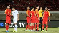 Timnas China U-19 saat meladeni Timnas Indonesia U-19 dalam uji coba di Stadion I Wayan Dipta, Gianyar, Minggu (20/10/2019). (Bola.com/Aditya Wany)