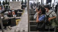 Calon penumpang saat mengikuti tes Genose sebagai syarat utama perjalanan di masa pandemi COVID-19 di Stasiun Pasar Senen, Jakarta, Senin (3/5/2021). Dari sekitar 10.500 jumlah ketersediaan tempat duduk, sekitar 7.000 di antaranya telah dipesan. (merdeka.com/Iqbal S. Nugroho)