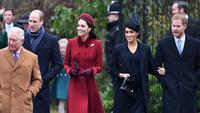 Kate Middleton dan Meghan Markle bersama suaminya Pangeran William dan Pangeran Harry  saat menghadiri perayaan Natal kerajaan di Gereja St Mary Magdalene di Sandringham, Inggris (25/12). (AFP Photo/Paul Ellis)