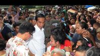 Jokowi membagikan sembako (Liputan6.com/Herman Zakharia)