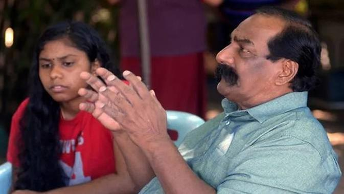 Suppiah bersama anaknya, Thulaasi. (Foto: Bernama)
