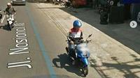Pemotor sedag main HP saat berkendara tertangkap Google Maps (@_infocegatansolo)