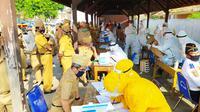 Ratusan ASN Pemda Garut, Jawa Barat bersiap melaksanakan test swab di Lapangan Setda Garut. (Liputan6.com/Jayadi Supriadin)
