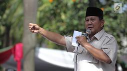 Capres 02 Prabowo Subianto memberi sambutan saat menghadiri syukuran kemenangan di kediaman Prabowo, di Kertanegara, Jakarta, Jumat (19/4). Prabowo didampingi sejumlah politisi dan para ulama dalam acara syukuran kemenangan tersebut. (Liputan6.com/Faizal Fanani)