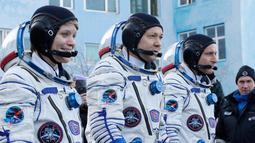 Astronot AS Anne McClain (kiri), kosmonot Rusia Оleg Kononenko (tengah), dan astronot CSA David Saint Jacques bersiap meluncur ke Stasiun Luar Angkasa Internasional (ISS) di Baikonur, Kazakhstan, Senin (3/12). (AP Photo/Dmitri Lovetsky, Pool)
