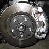Bagian  permukaan tromol ataupun piringan cakram dibuat tidak merata untuk meningkatkan friksi saat melakukan pengereman.