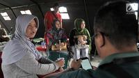 Sejumlah keluarga korban pesawat jatuh Lion Air JT 610 saat mendatangi posko di Pelabuhan Tanjung Priok, Jakarta, Selasa (30/10). Mereka datang karena ingin melihat barang-barang milik kerabat yang ditemukan tim evakuasi. (Merdeka.com/Iqbal S. Nugroho)