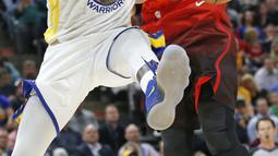 Pemain Utah Jazz, Rudy Gobert (kanan) menutup gerakan pemain Warriors, Draymond Green pada lanjutan NBA basketball game di Vivint Smart Home Arena, Salt Lake City, (30/1/2018). Utah menang 129-99. (AP/Rick Bowmer)
