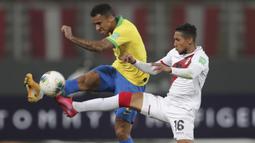 Bek Brasil, Danilo, berebut bola dengan gelandang Peru, Christofer Gonzales, pada laga lanjutan kualifikasi Piala Dunia 2022 zona Amerika Selatan, di Estadio Nacional de Lima, Rabu (14/10/2020) pagi WIB. Brasil menang 4-2 atas Peru. (AFP/Sebastian Castaneda/various sources)