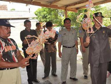 Citizen6, Lampung: Pejabat Bupati Tulang Bawang barat, Bachtiar Basri, sedang mengamati sebuah wayang kulit hasil karya pengrajin di Kampung Candra Kencana, Kecamatan Tulang Bawang tengah. (Pengirim: Jerry Hasan)
