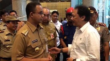 Pasca ambruknya selasar Tower II BEI, menimpa puluhan korban jiwa. Gubernur DKI Jakarta, Anies Baswedan datang melihat lokasi kejadian.