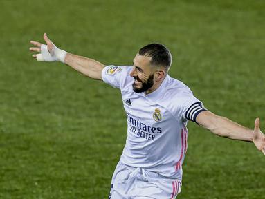Penyerang Real Madrid, Karim Benzema berselebrasi usai mencetak gol ke gawang Deportivo Alaves pada pertandingan lanjutan La Liga Spanyol di stadion Mendizorroza di Vitoria, Minggu (24/1/2021).  Benzema menjadi bintang kemenangan Los Blancos dengan torehan dua golnya. (AP Photo/ Alvaro Barrientos)