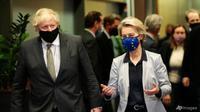 Presiden Komisi Eropa Ursula von der Leyen (kanan) berbicara dengan Perdana Menteri Inggris Boris Johnson sebelum pertemuan di kantor pusat Uni Eropa di Brussel, Rabu, 9 Desember 2020. (Foto: Olivier Hoslet, Pool via AP)