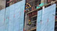 Pekerja tengah menyelesaikan proyek pembangunan gedung bertingkat di Jakarta, Jumat (26/1). Dirjen Bina Konstruksi Kementerian PUPR mengatakan jumlah tenaga kerja konstruksi yang tersertifikasi di Indonesia masih sangat rendah. (Liputan6.com/Angga Yuniar)