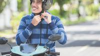 Berkendara saat jam sibuk pasti penuh tantangan. Salah satunya menggunakan helm berlama-lama.