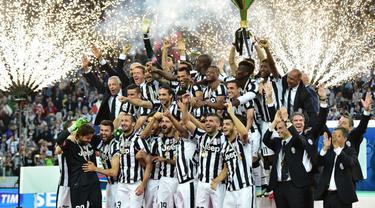 Seluruh pemain Juventus merayakan keberhasilan tim mereka meraih Scudetto di muim ini (AFP PHOTO / GIUSEPPE CACACE)