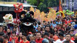 Atraki barongsai memeriahkan pawai Cap Go Meh di Bekasi, Jawa Barat, Selasa (19/2). Pawai ini digelar agar masyarakat tetap rukun dalam perbedaan suku, agama, ras, dan antargolongan (SARA). (Merdeka.com/Imam Buhori)