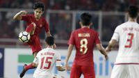 Gelandang Indonesia, Lutfi Kamal, mengontrol bola saat melawan Uni Emirat Arab (UEA) pada laga AFC di SUGBK, Jakarta, Rabu (24/10/2018). Indonesia menang 1-0 atas UEA. (Bola.com/M Iqbal Ichsan)