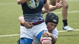 Duel atlet rugby seven Hongkong (kiri) dengan Singapura pada Asian Games 2018 di Stadion Rugby Seven, GBK, Kamis (30/8/2018). (Bola.com/Peksi Cahyo)