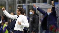 Pelatih Inter Milan, Antonio Conte, merayakan kemenangan atas Fiorentina pada laga Seria A di Stadion Giuseppe Meazza, Minggu (27/9/2020). Inter Milan menang dengan skor 4-3. (AP/Luca Bruno)