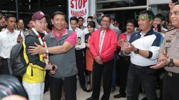 Kevin Sanjaya saat bersalaman dengan Ketua Umum PBSI, Wiranto dan Menpora, Imam Nahrawi saat tiba di Bandara Soekarno-Hatta, Cengkareng, (20/3/2018). Kevin/Marcus mampu mempertahankan gelar All England 2018. (Bola.com/Nick Hanoatubun)
