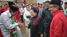 Ketua Umum PDIP Megawati Soekarnoputri bersalaman dengan tokoh agama saat menyerahkan KTA PDIP di Jakarta, Selasa (2/4). Megawati menyerahkan KTA PDIP kepada tokoh agama, purnawirawan TNI-Polri, dan akademisi yang menyatakan bergabung dengan PDIP. (Liputan6.com/Faizal Fanani)