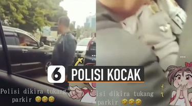 Anggota polisi itu awalnya kebingungan namun rekan-rekannya di dalam mobil memintanya untuk tetap menerima uang parkir tersebut.