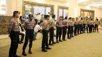 Aparat Kepolisian berjaga di depan pintu masuk lobby debat cawapres 2019 di Hotel Sultan, Jakarta, Minggu (17/3). Polisi menerapkan empat ring pengamanan yang dijaga oleh Paspampres, TNI Polri, dan Polda Metro Jaya. (Liputan6.com/Angga Yuniar)