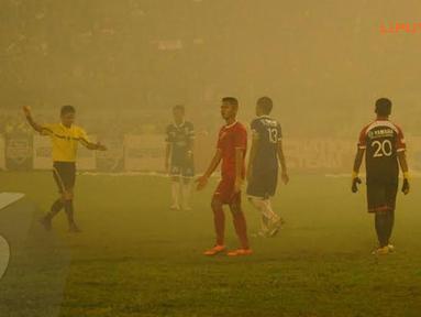 Wasit terpaksa menghentikan pertandingan yang tersisa 5 menit lagi karena asap dari kembang api yang menutupi penglihatan para pemain di lapangan (Liputan6.com/Helmi Fithriansyah).