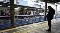Seorang pria yang mengenakan masker pelindung untuk membantu mengekang penyebaran virus corona COVID-19 menunggu kereta di Tokyo, Jepang, Rabu (7/4/2021). Tokyo mengonfirmasi lebih dari 550 kasus COVID-19 baru pada 7 April 2021. (AP Photo/Eugene Hoshiko)