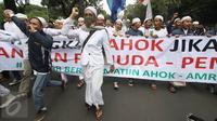 Massa dari ormas Islam mengusung spanduk dan berorasi menyampaikan kecaman terhadap Basuki Tjahaja Purnama terkait pernyataan Ahok yang dinilai menyinggung satu golongan masyarakat di Balai Kota Jakarta, Jumat (14/10). (Liputan6.com/Immanuel Antonius)