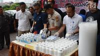 Kapolsek Kembangan Kompol Joko Handono (tengah) gelar perkara kasus narkoba di Apartemen Puri Park View, Kembangan, Jakarta Barat, Rabu (16/1). Polisi menyita psikotropika golongan IV dan obat daftar G sebanyak 112.060 butir. (Merdeka.com/Imam Buhori)