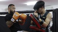 Petarung MMA, Anthony Engelen, memasang kuda-kuda saat latihan di Syena Martial Arts, Jakarta, Rabu (16/1). Latihan ini merupakan persiapan jelang laga One Championship pada Sabtu (19/1) mendatang di Istora Senayan. (Bola.com/M. Iqbal Ichsan)