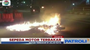 Sepeda motor tabrak pembatas jalan di ruas Jalan MT Haryono, Tebet, Jakarta Selatan, hingga terseret dan terbakar.