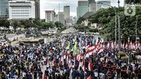 Massa buruh menggelar aksi menolak UU Cipta Kerja di kawasan Patung Kuda, Jakarta, Senin (2/11/2020). Massa buruh dari berbagai serikat pekerja tersebut menggelar demo terkait penolakan pengesahan omnibus law Undang-Undang Cipta Kerja dan upah minimum 2021. (merdeka.com/Iqbal S Nugroho)