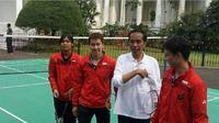 Presiden Jokowi bermain bulutangkis dengan tiga pemain pelatnas, Kevin Sanjaya, Marcus Fernaldi Gideon, dan Gregoria Mariska  Tunjung, pada peringatan Hari Sumpah Pemuda di Istana Bogor,Sabtu (28/10/2017). (Instagram/Marcus Fernaldi Gideon)