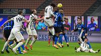 Gelandang Juventus, Weston McKennie (tengah) menanduk bola ke gawang Inter Milan dalam laga lanjutan Liga Italia Serie A 2020/21 pekan ke-18 di San Siro Stadium, Minggu (17/1/2021). Juventus kalah 0-2 dari Inter Milan. (AFP/Miguel Medina)