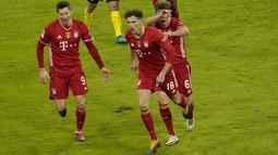 Gelandang Bayern Munchen, Leon Goretzka (tengah) berselebrasi usai mencetak gol ke gawang Borrusia Dortmund pada pertandingan lanjutan Bundesliga Jerman di Allianz Arena di Munich, Minggu (7/3/2021). Munchen menang atas Dortmund 4-2. (Guenter Schiffmann/Pool via AP)