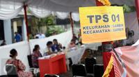 Suasana pemungutan suara ulang di TPS 01 Gambir, Jakarta, Sabtu (22/4). Terdapat 624 DPT dan 5 DPT tambahan yang ada di TPS 01, Gambir, Jakarta Pusat. (Liputan6.com/Helmi Fihriansyah)