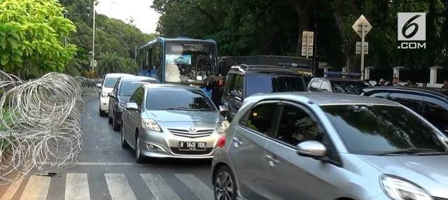 Pendaftaran dua Calon Presiden dan Wakil Presiden, pada hari Jumat ini, membuat pihak Kepolisian mengalihkan arus lalu lintas kendaraan yang datang dari Diponegoro.