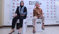 Komisioner KPU RI, Evi Novida GM (kiri) dan Pramono UT mencoba kekuatan kotak suara yang akan digunakan pada Pemilu Serentak 2019 di Kantor KPU, Jakarta, Jumat (14/12). Kotak suara tersebut bermaterial karton kedap air. (Liputan6.com/Helmi Fithriansyah)