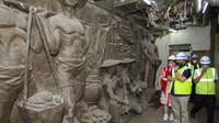 Menteri BUMN Erick Thohir mengunjungi patung dan relief bersejarah di Gedung Sarinah (dok: KBUMN)