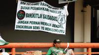 Aksi Bonek untuk PSMS di Stadion Gelora Bung Tomo, Surabaya, pada laga kontra PSIS, Sabtu (8/12/2018). (Bola.com/Aditya Wany)