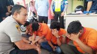 Kapolresta Palembang Kombes Pol Didi Hayamansyah menginterogasi tiga orang pelaku pembobol minimarket di Palembang (Liputan6.com / Nefri Inge)