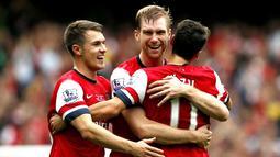 Selebrasi Per Mertesacker setelah mencetak gol kedua pada pertandingan Liga Premier Inggris antara Arsenal vs Stoke City di Stadion Emirates, London (22/09/2013). (AFP/Adrian Dennis)